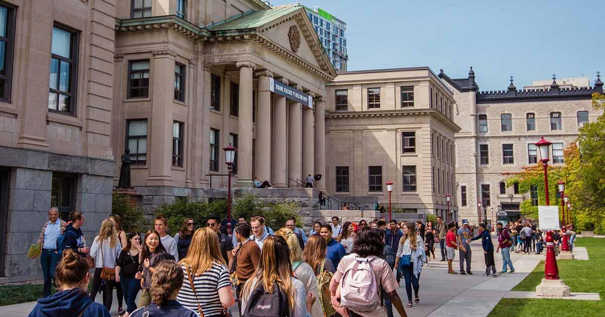Students on University of Ottawa campus